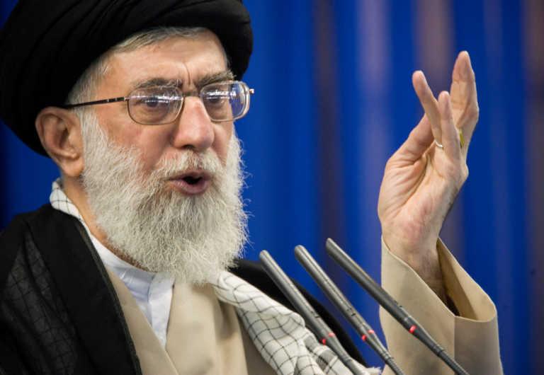 Αγιατολάχ Χαμενεΐ κατά Μακρόν για σκίτσα: Ηλιθιότητα να υποστηρίζεις προσβολές στον Μωάμεθ