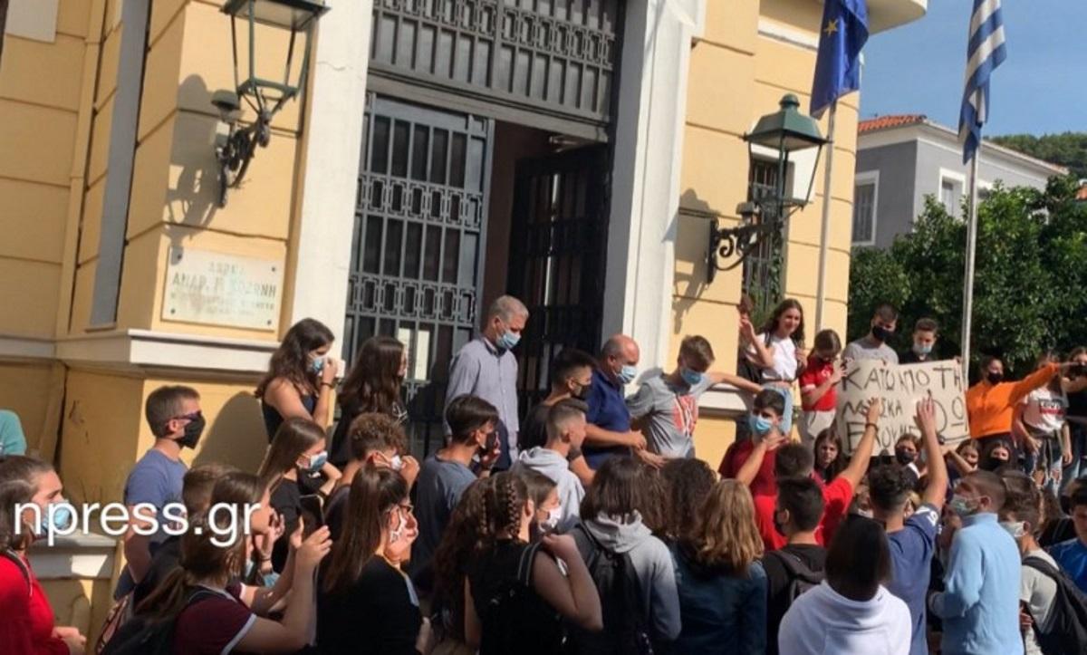 Διαμαρτυρία μαθητών στο Δημαρχείο της Ναυπάκτου (video)