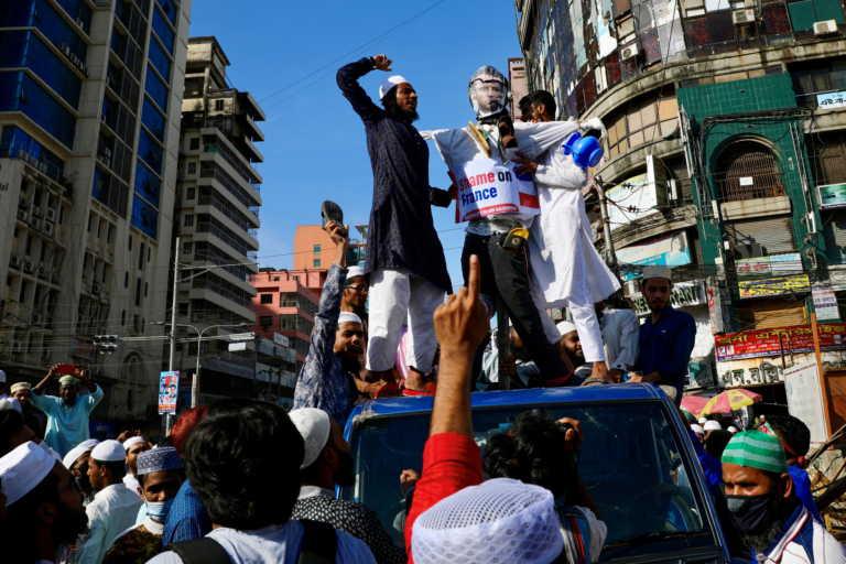 Οργή Μπαγκλαντές για Μακρόν: Δεν ξέρεις τη δύναμη του Ισλάμ, φώναζαν χιλιάδες μουσουλμάνοι