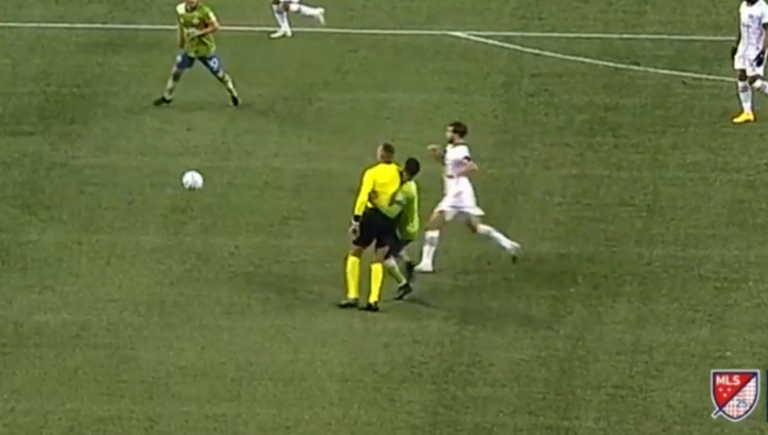 Απρόσεκτος διαιτητής! Τραυμάτισε ποδοσφαιριστή – Έγινε αναγκαστική αλλαγή (video)