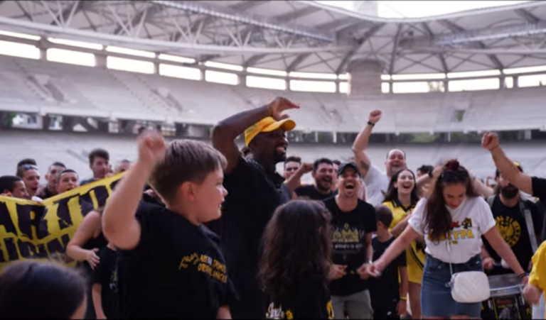 """Το video clip του Ενσαλίβα – """"Εισβολή"""" στο γήπεδο της ΑΕΚ – Έλεγχος από αστυνομία (video)"""