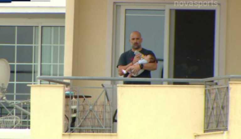 Απίστευτος μπαμπάς! Τάιζε μωρό βλέποντας από μπαλκόνι το ΑΕΚ – ΠΑΟΚ (pic)