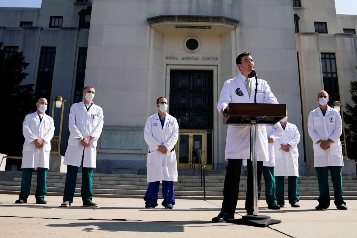 Ο Ντόναλντ Τραμπ βαριέται – Λέει ψέματα στους γιατρούς για να βγει από το νοσοκομείο