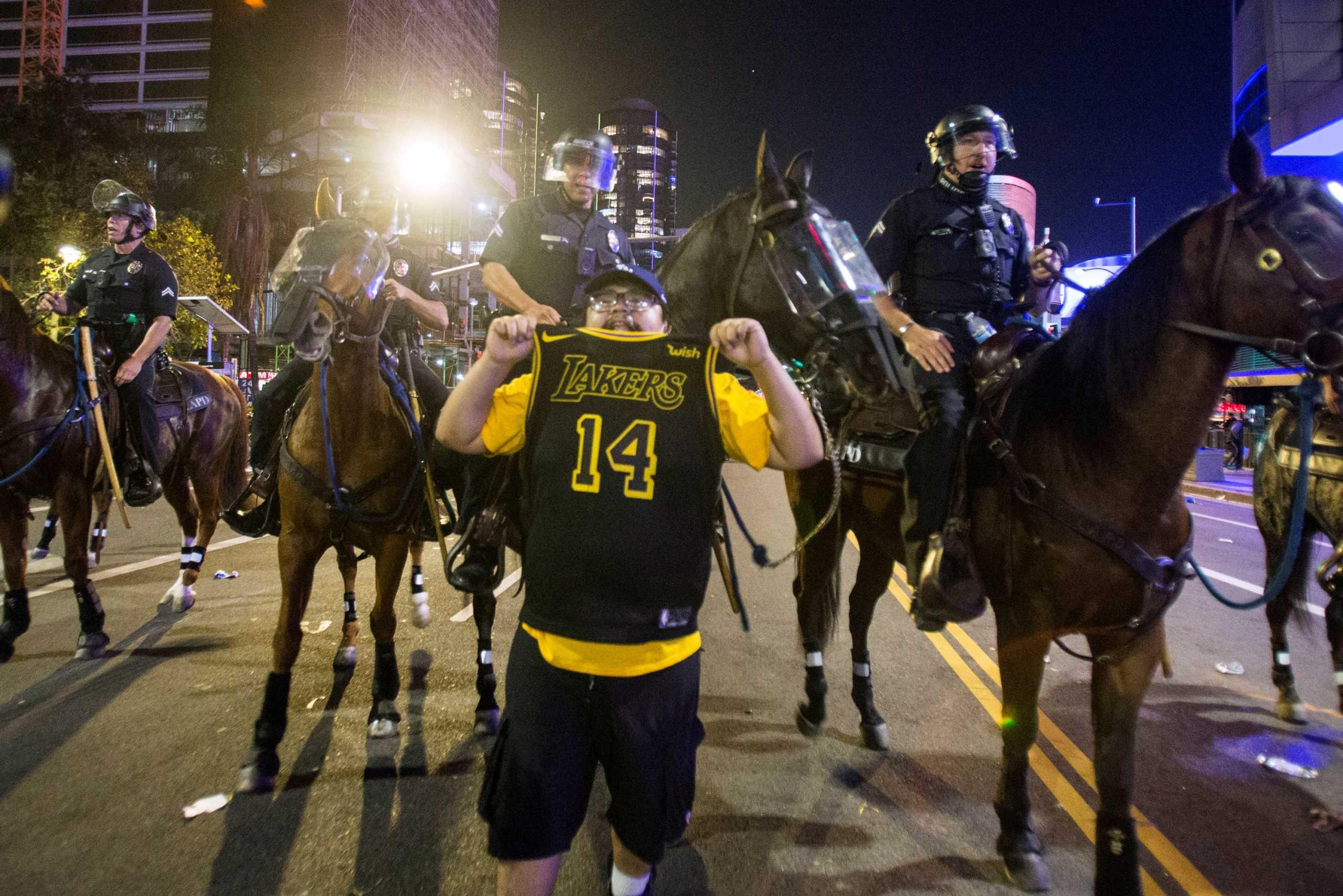 """Ο κορονοϊός χαλάει το """"πάρτι"""" των Λέικερς! Συλλήψεις και τραυματισμοί αστυνομικών σε πανηγυρισμούς (video)"""