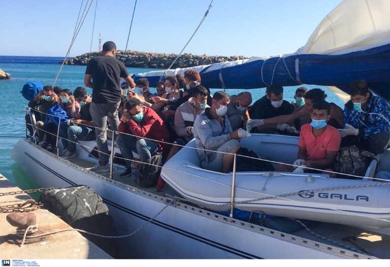 """""""Μπαλάκι"""" οι μετανάστες που διασώθηκαν από ναυάγια κοντά στην Κρήτη – Ο ένας τους στέλνει στον άλλον για… φιλοξενία!"""