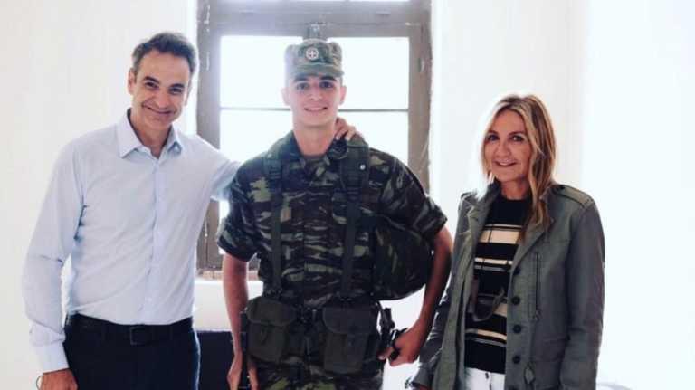 Περήφανοι γονείς με τον φαντάρο Κωνσταντίνο στον Έβρο ο Κυριάκος Μητσοτάκης με την σύζυγό του Μαρέβα