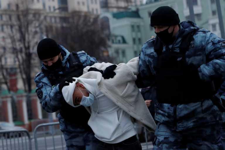 Ρωσία: Η αστυνομία απομάκρυνε μουσουλμάνους διαδηλωτές έξω από την πρεσβεία της Γαλλίας στην Μόσχα