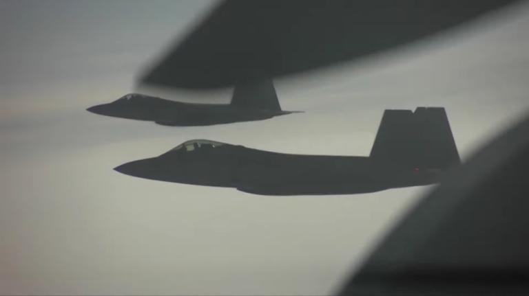 Τι συμβαίνει όταν μαχητικά F-22 συναντούν ρωσικά Su-35 πάνω από την Αλάσκα (video)