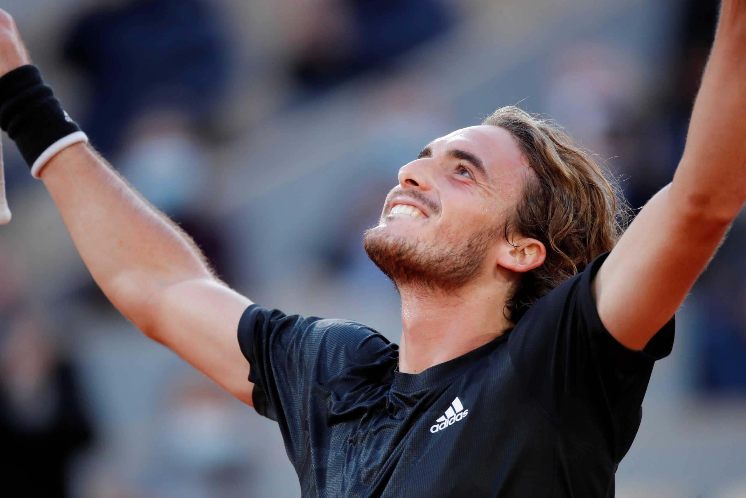 """Τσιτσιπάς: Συγκίνηση και πανηγύρια με τους γονείς του για την πρόκριση στους """"4"""" του Roland Garros (video)"""