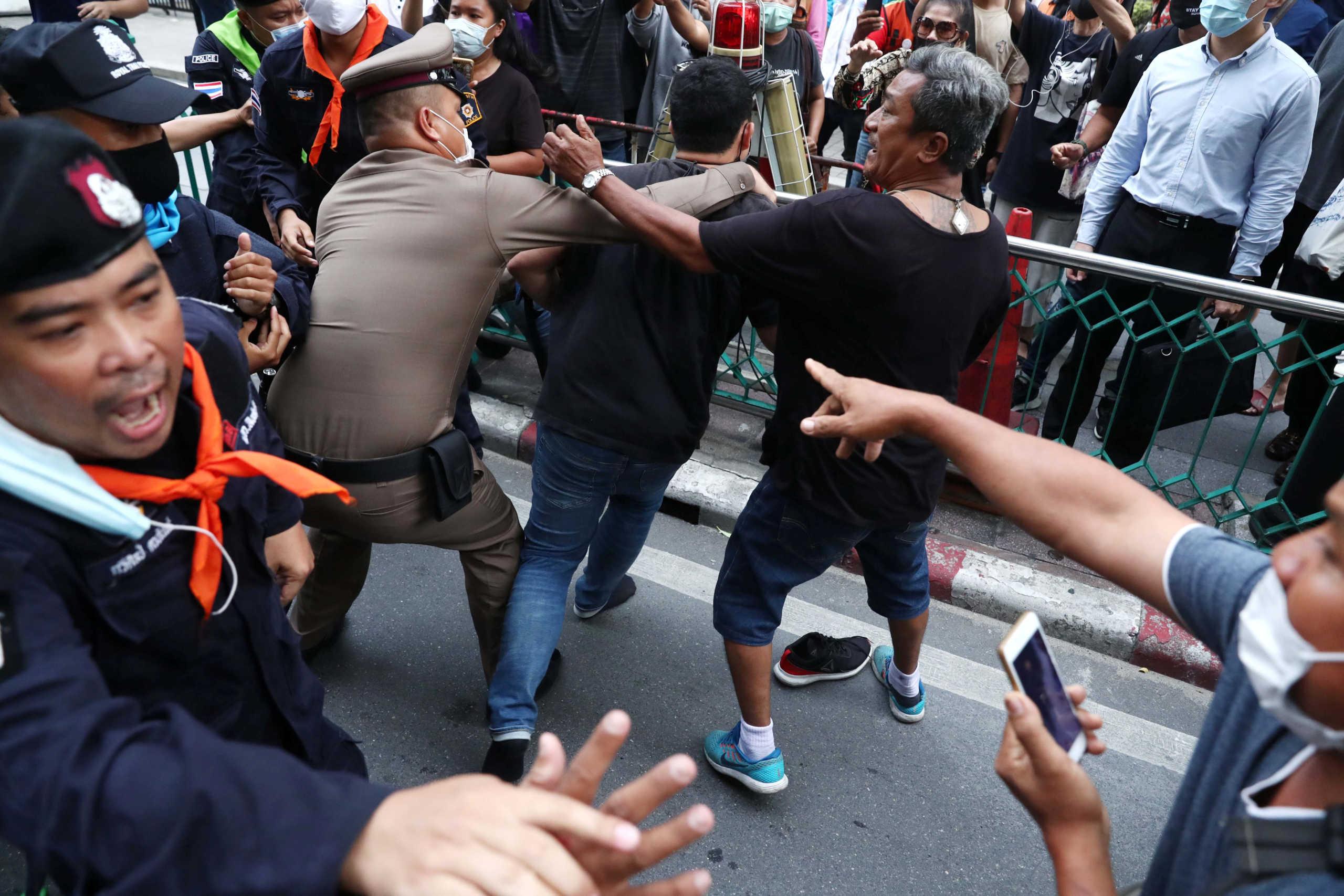 Ταϊλάνδη: Αντικυβερνητικοί διαδηλωτές σταμάτησαν την βασιλική αυτοκινητοπομπή (pics, video)
