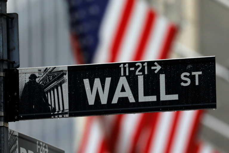 Στα… κόκκινα η Wall Street υπό το βάρος της έξαρσης της πανδημίας
