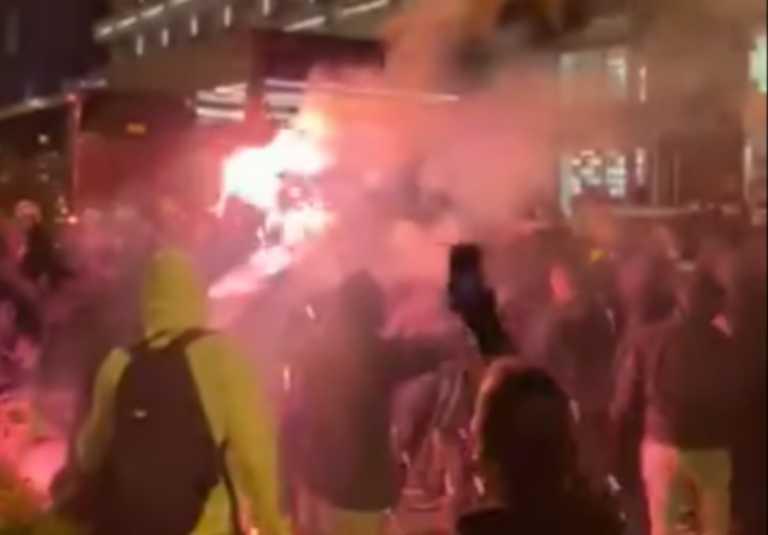Οπαδοί της ΑΕΚ με καπνογόνα αποθέωσαν τους παίκτες της Μαρσέιγ πριν τον Ολυμπιακό (video)