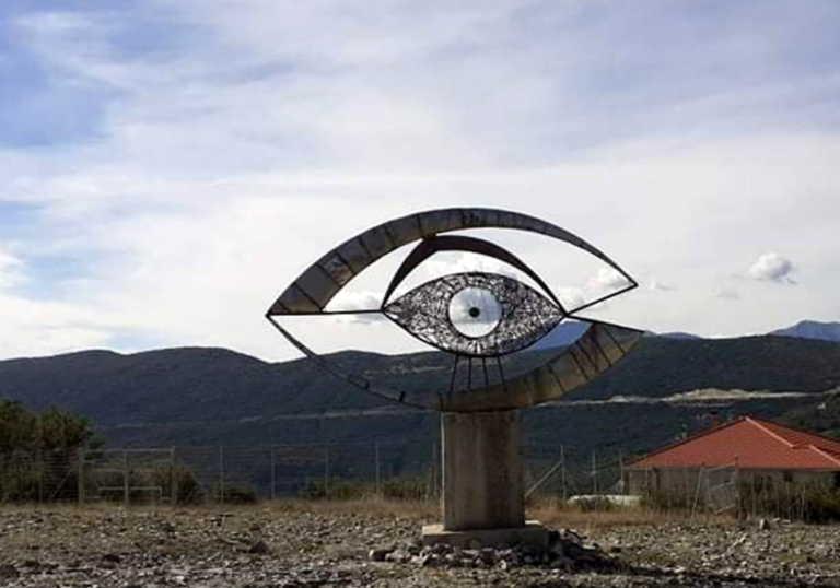 Το ελληνικό χωριό με τα διάσπαρτα παράξενα σιδερένια αγάλματα