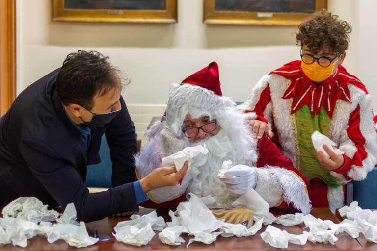 """Απαρηγόρητος ο Άγιος Βασίλης γιατί """"Ο Μύλος των ξωτικών"""" δε θα λειτουργήσει όπως άλλες χρονιές λόγω κορονοϊού (pics)"""