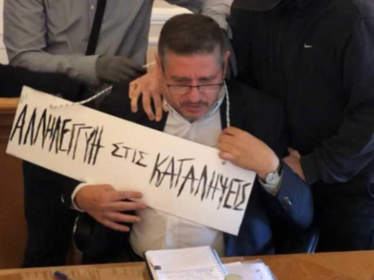Αλητεία – Πέρασαν… ταμπέλα στο λαιμό του πρύτανη της ΑΣΟΕΕ (video)