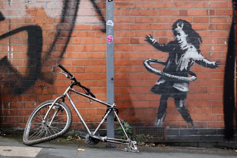 Ο Banksy το ανακοίνωσε! Δικό του το κορίτσι με το χούλα-χουπ στο Νότινγχαμ