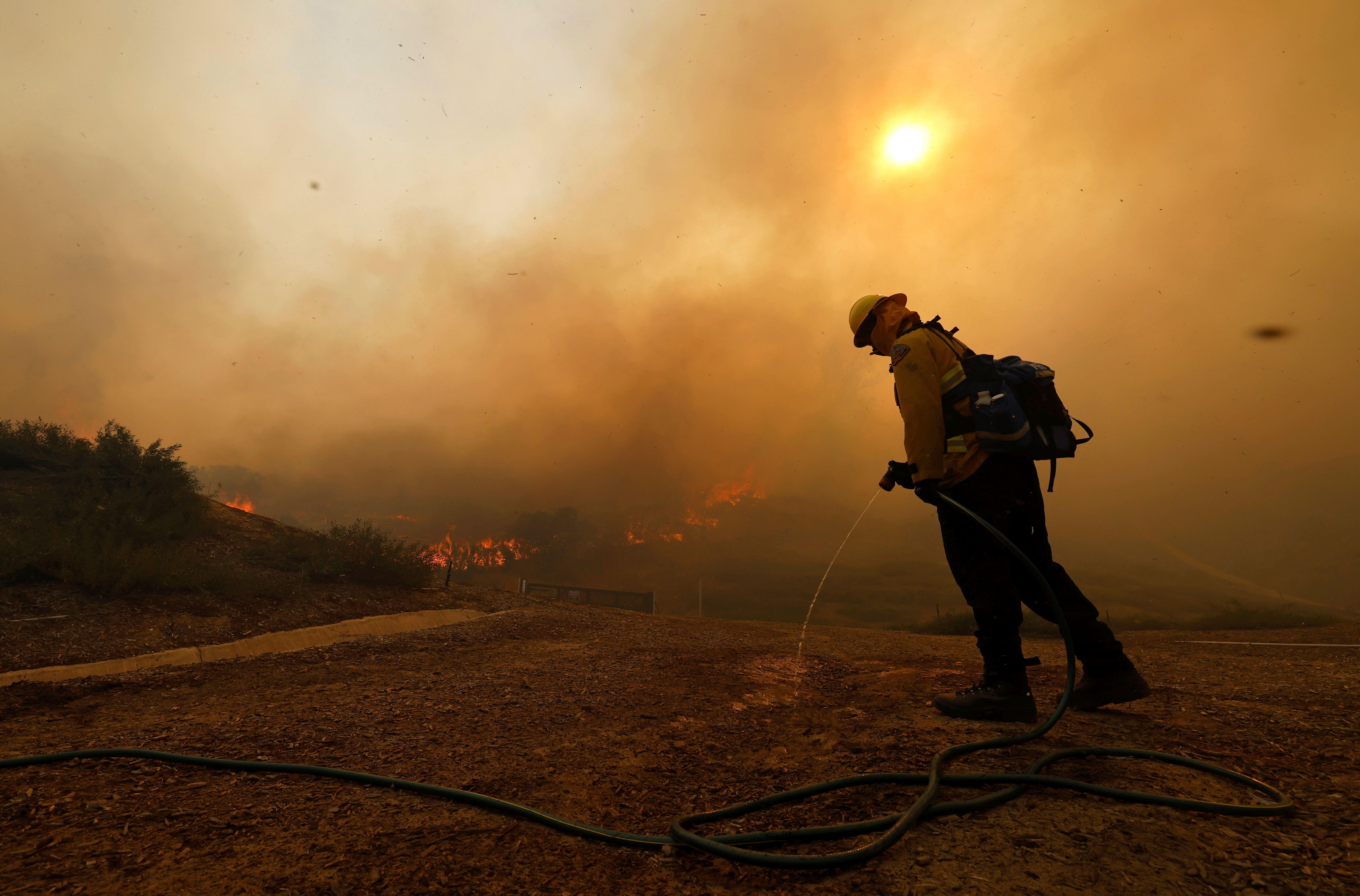 Γιγάντιο δέντρο σεκόγια στην Καλιφόρνια καίγεται από πέρυσι το καλοκαίρι