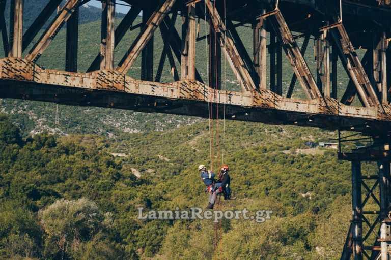 Αλεξιπτωτιστής «κρεμάστηκε» στη γέφυρα – Εντυπωσιακή άσκηση στο Γοργοπόταμο (video)