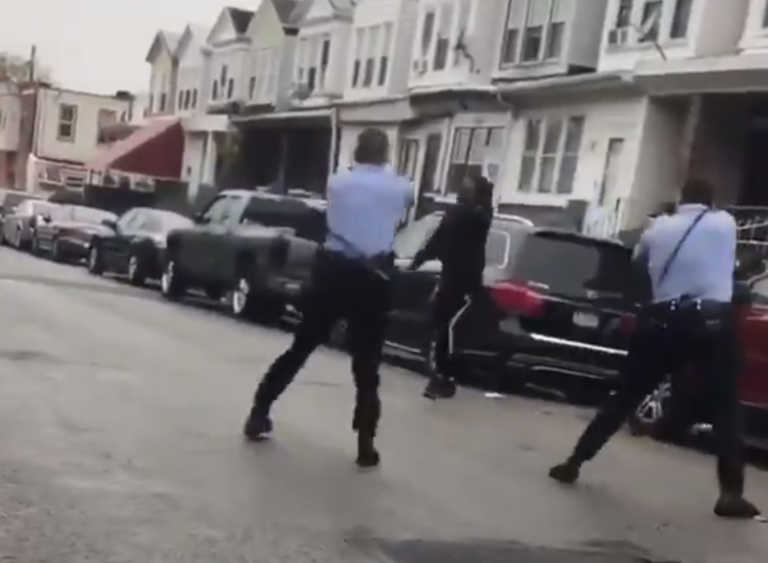 """ΗΠΑ: Νέα δολοφονία Αφροαμερικανού! Τον """"γάζωσαν"""" αστυνομικοί στη μέση του δρόμου – ΠΡΟΣΟΧΗ ΣΚΛΗΡΕΣ ΕΙΚΟΝΕΣ"""