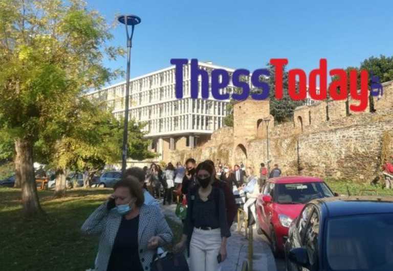 Θεσσαλονίκη: Αναστάτωση μετά από τηλεφώνημα για βόμβα στα δικαστήρια! Η στιγμή της εκκένωσης (Βίντεο)