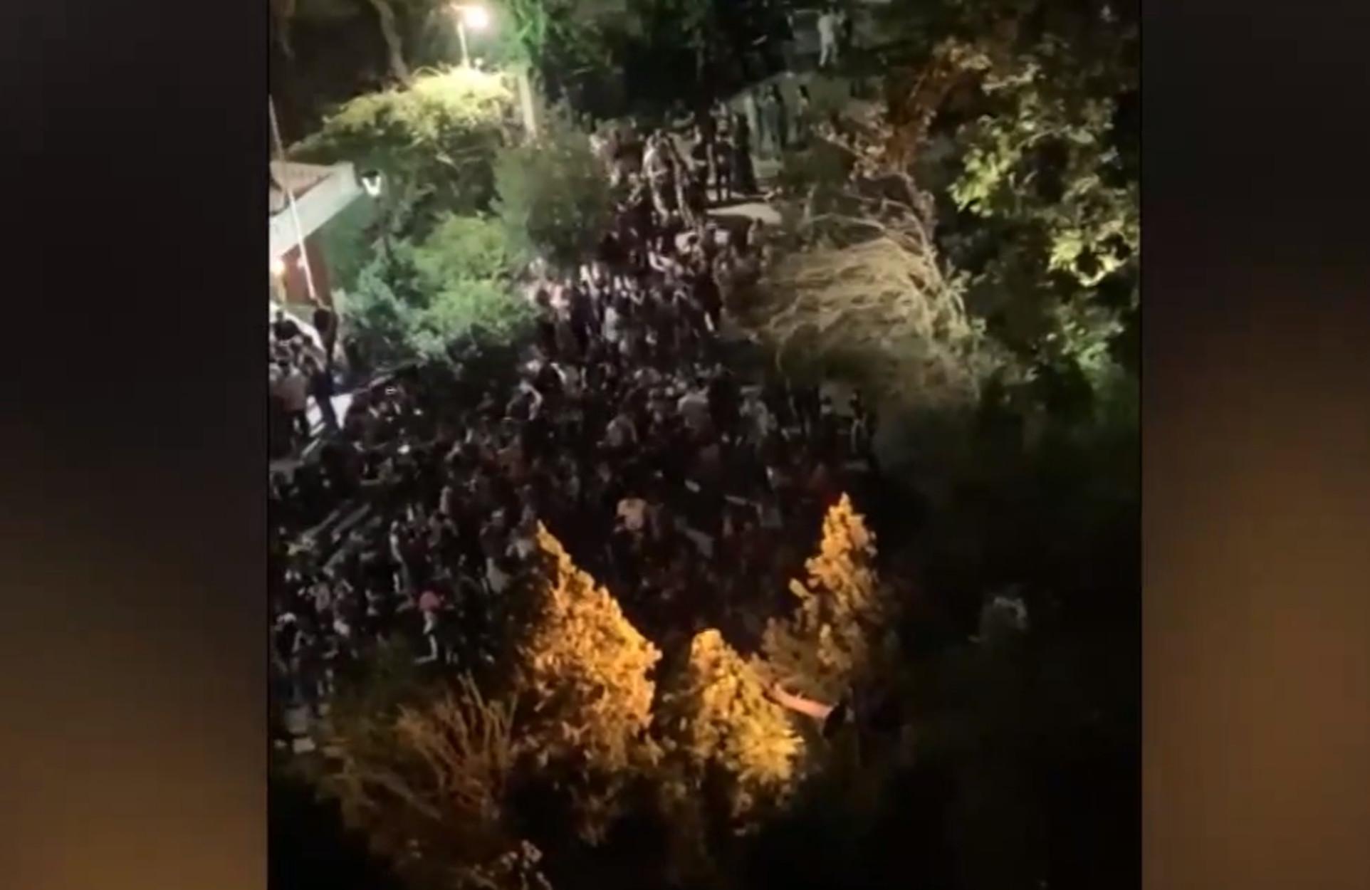 """Κορονοϊός: """"Τίγκα"""" κόσμος μπροστά από εκκλησία στο Κολωνάκι – Συνωστισμός και… διασκέδαση (video)"""