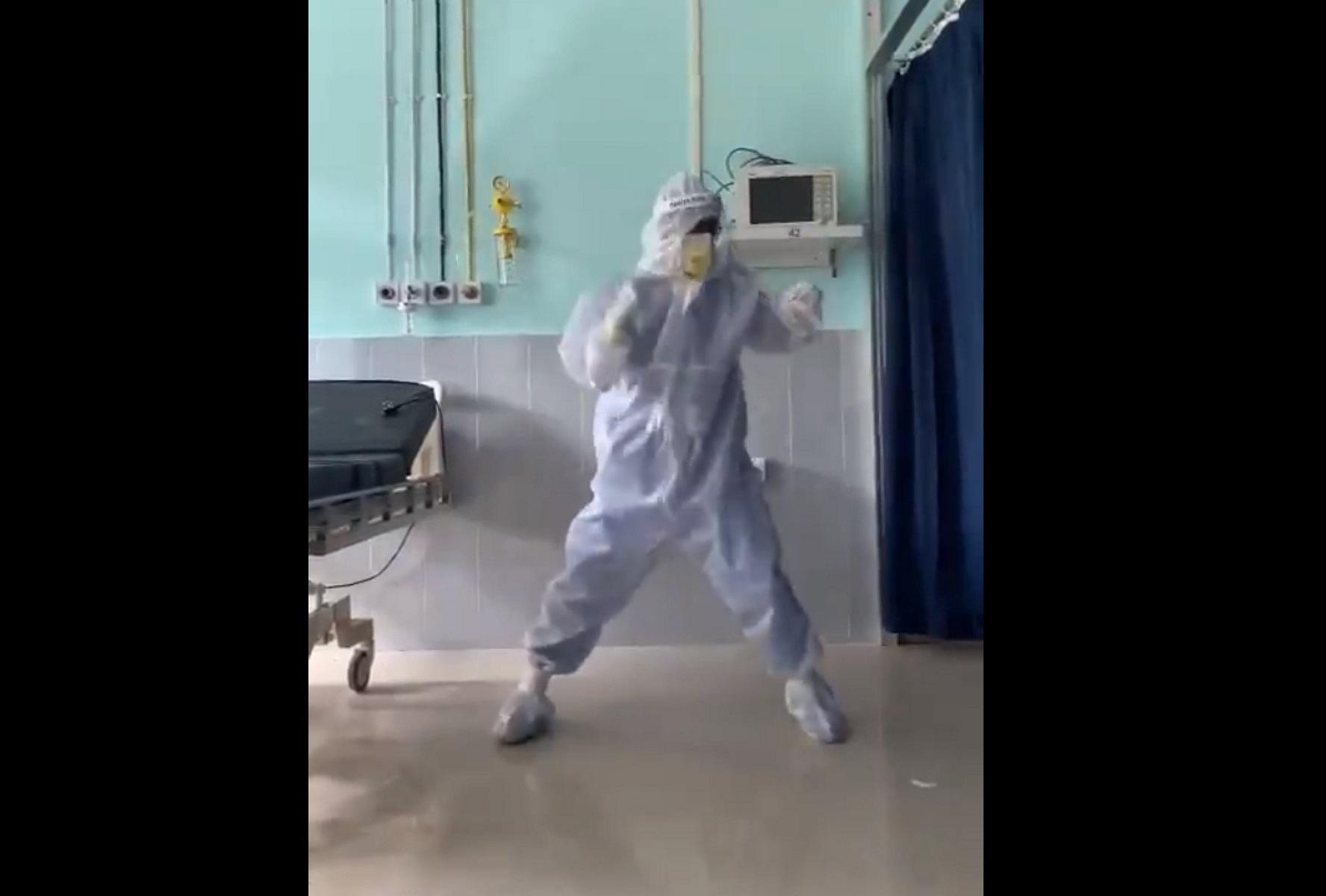 ένας γιατρός χορεύει