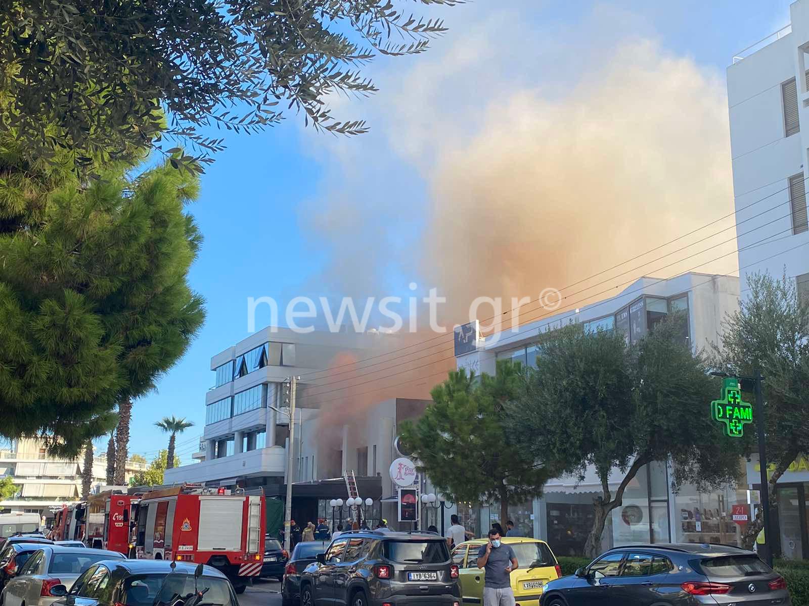 """Φωτιά σε μαγαζί στην Γλυφάδα – """"Πνίγηκε"""" από καπνούς η περιοχή (pics, video)"""