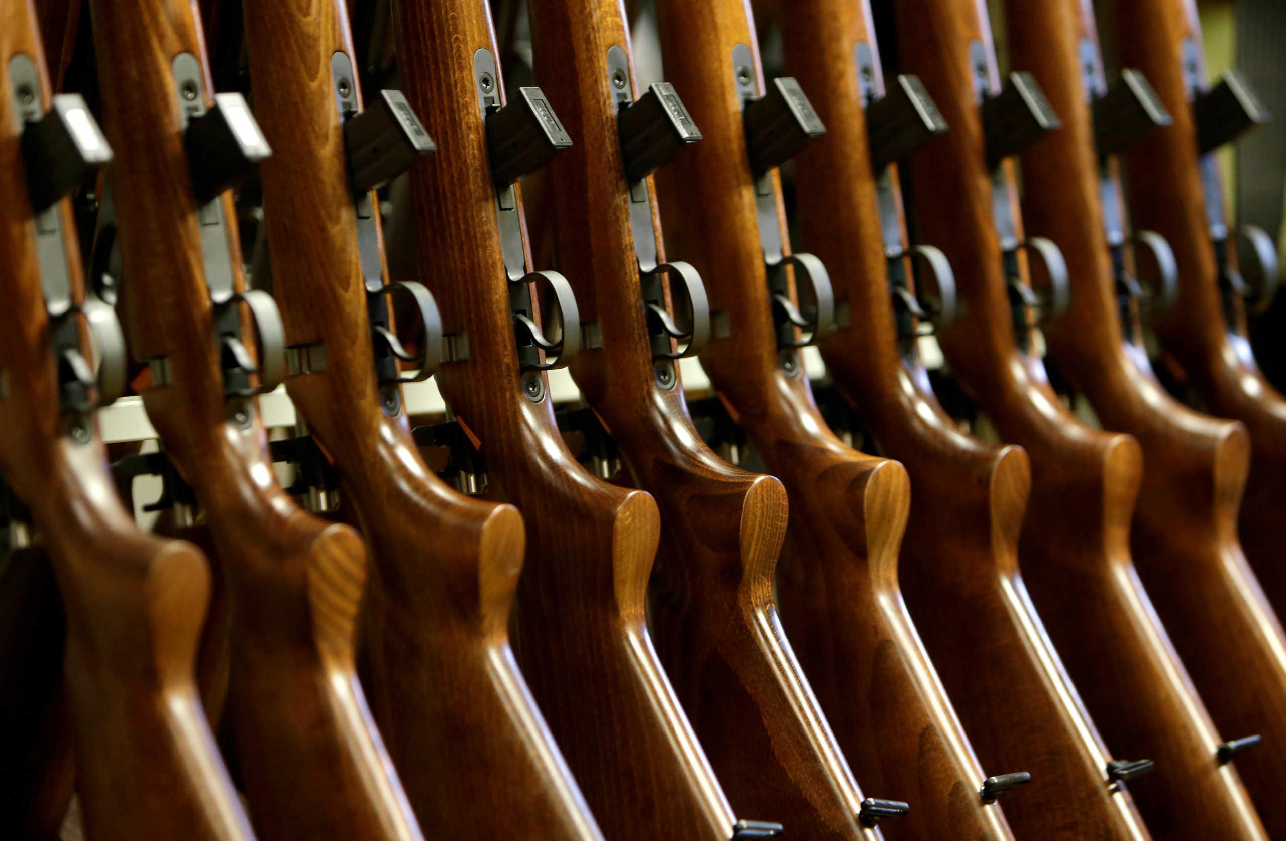 Στοκάρουν όπλα οι Αμερικανοί ενόψει εκλογών – Χρυσές δουλειές για τα οπλοπωλεία