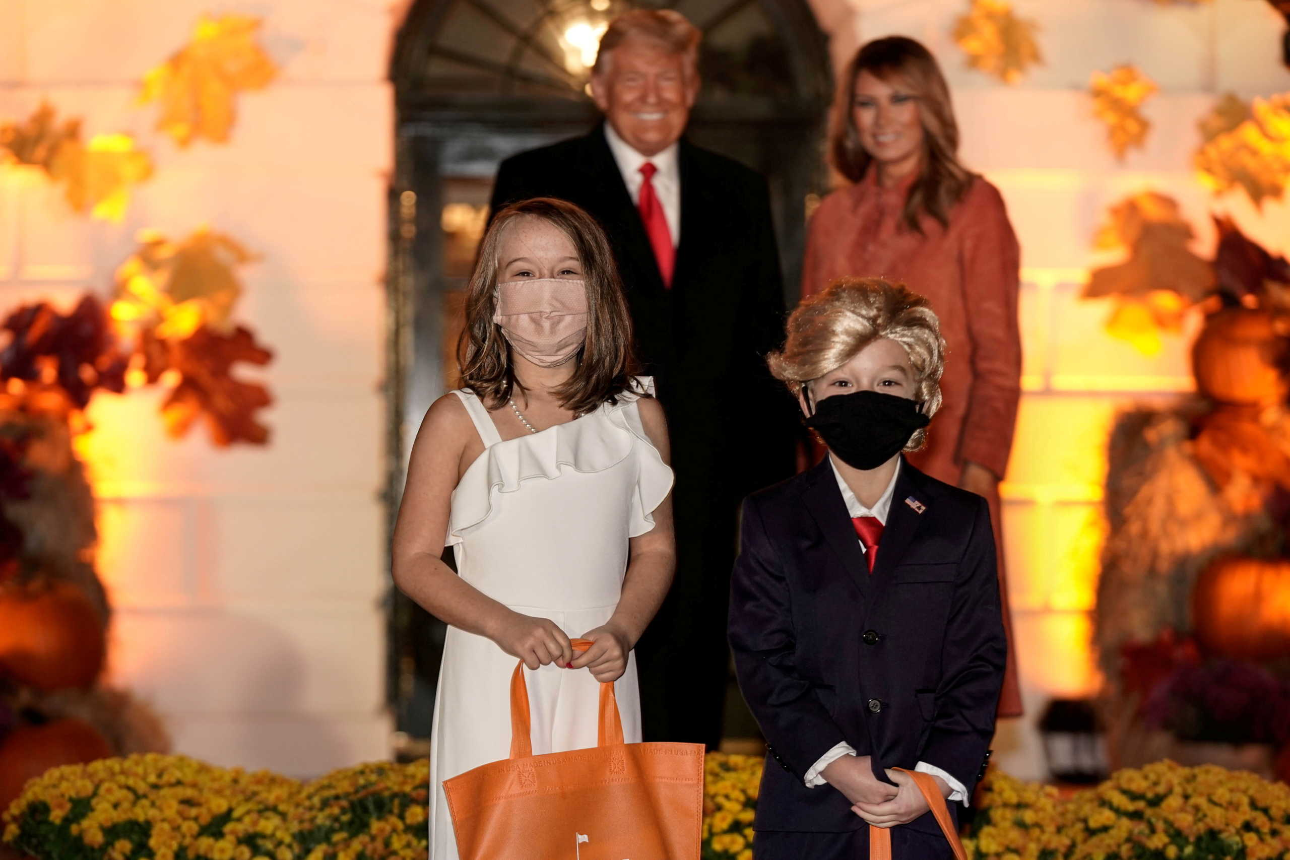 Ποιος κορονοϊός; Κανονικά το Halloween στον Λευκό Οίκο! Ο μίνι Τραμπ και η μίνι Μελάνια που έκλεψαν την παράσταση