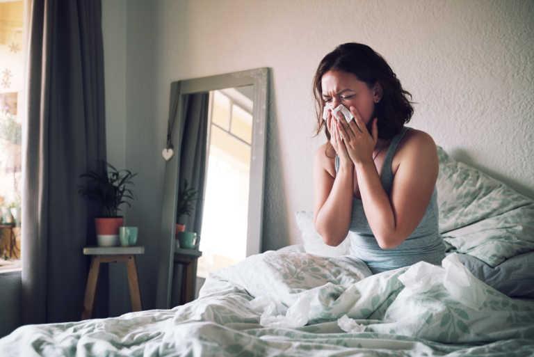 Γιατί μπορεί να ξυπνάς με βουλωμένη μύτη ή συνάχι όλο τον χρόνο