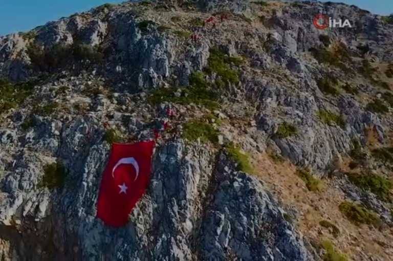 Τους «χάλασε» η ελληνική σημαία στο Καστελλόριζο – Ύψωσαν τουρκική απέναντι από τα Ίμια (vid)