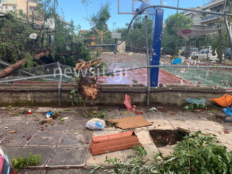 «Βομβαρδισμένο» τοπίο το Νέο Ηράκλειο μετά τη νεροποντή στην Αττική – Μια σοβαρά τραυματίας