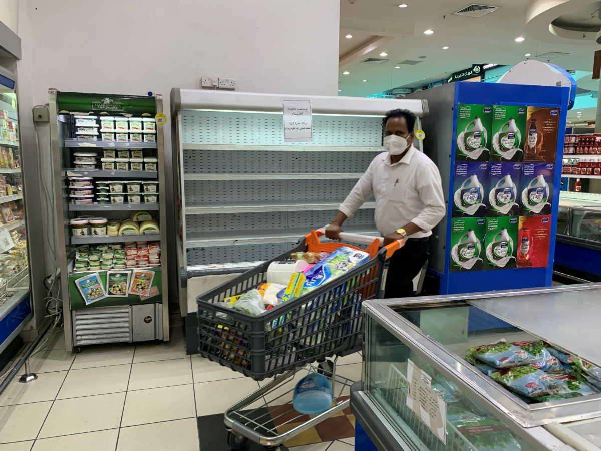 Αδειάζουν τα ράφια από γαλλικά προϊόντα στον ισλαμικό κόσμο – Παρίσι: «Δεν απαντάμε με βλακεία στην βλακεία»