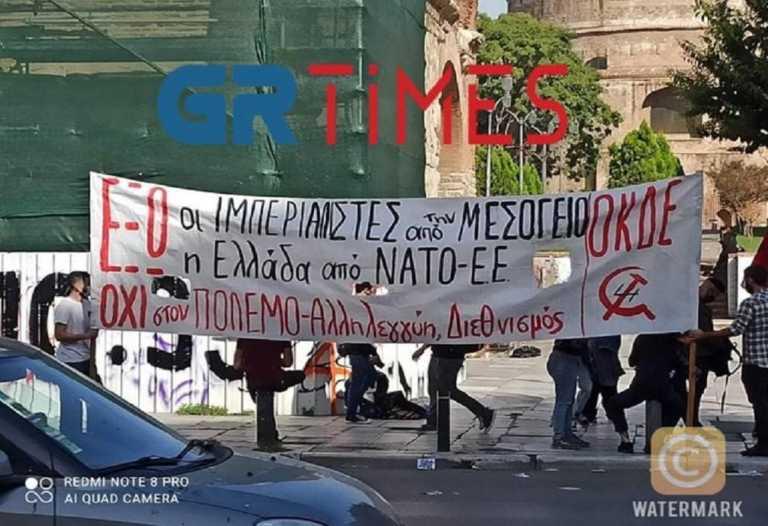 Θεσσαλονίκη: Μοτοπορεία από αναρχικούς και αντιπολεμική συγκέντρωση διαμαρτυρίας στην Καμάρα (Βίντεο)