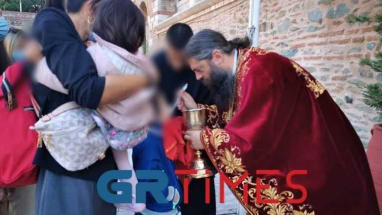 Τα μέτρα… μέτρα αλλά κοινώνησαν κανονικά στον Άγιο Δημήτριο στη Θεσσαλονίκη! Και παιδάκια (video)
