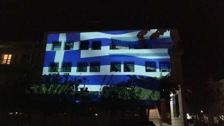 28η Οκτωβρίου: Στα γαλανόλευκα ντύθηκε το Δημαρχείο Κορίνθου (pics, video)