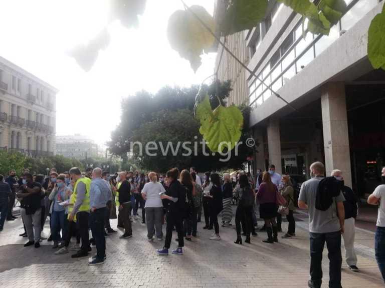 Σεισμός 6,7 ρίχτερ – Κόσμος βγήκε στους δρόμους της Αθήνας