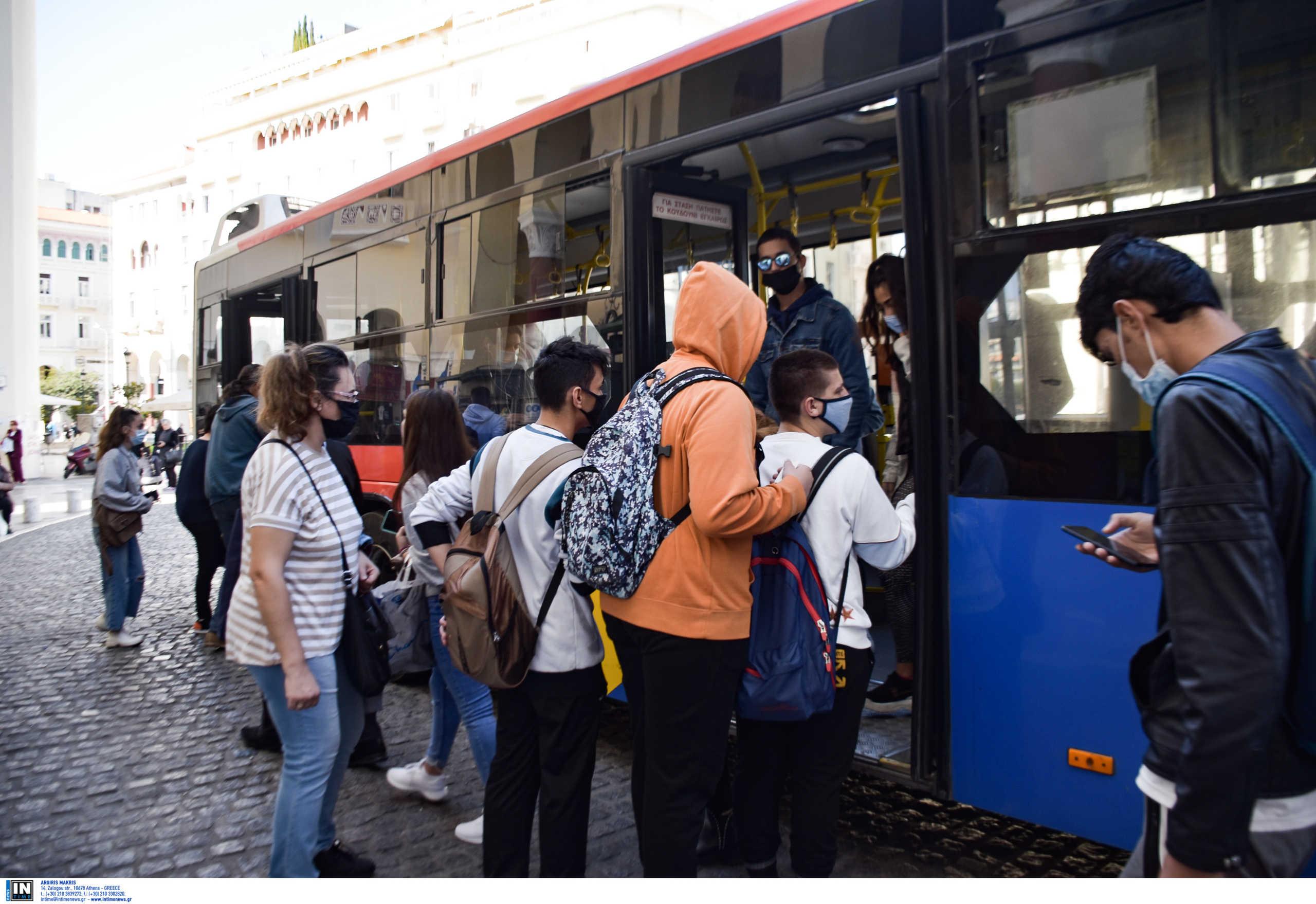 κόσμος με μάσκα σε λεωφορείο