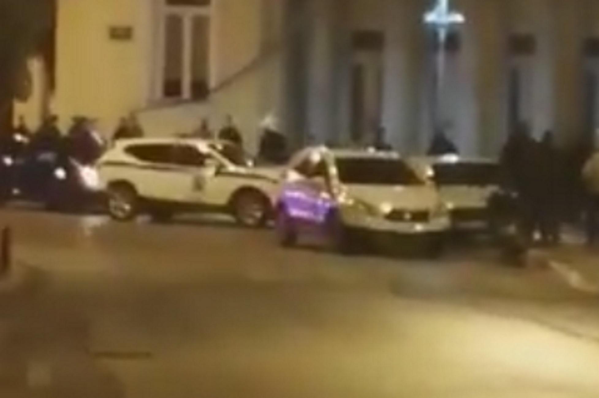 Κοζάνη: Έκλεισαν τα μπαρ και πλακώθηκαν στο ξύλο! Χαμός σε κεντρικό πεζόδρομο της πόλης (Βίντεο)