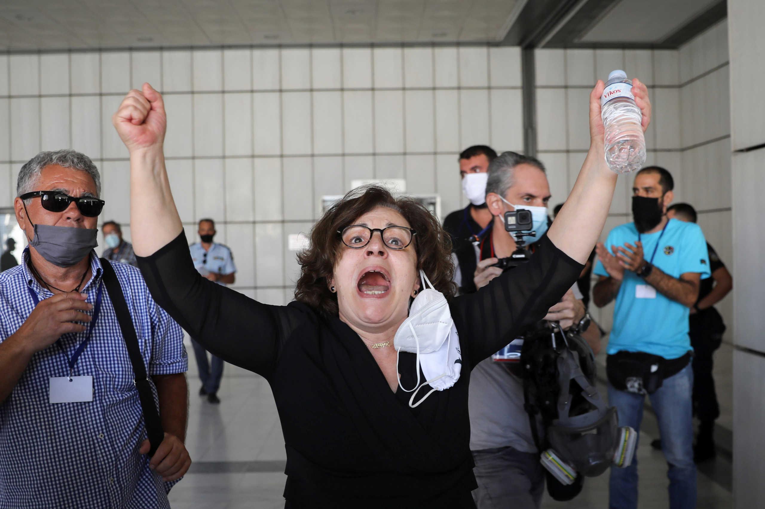 Αποθέωση στην Μάγδα Φύσσα: «Γειά σου μάνα!» – «Παύλο, γιέ μου, τα κατάφερες!» Το ξέσπασμα μετά την απόφαση