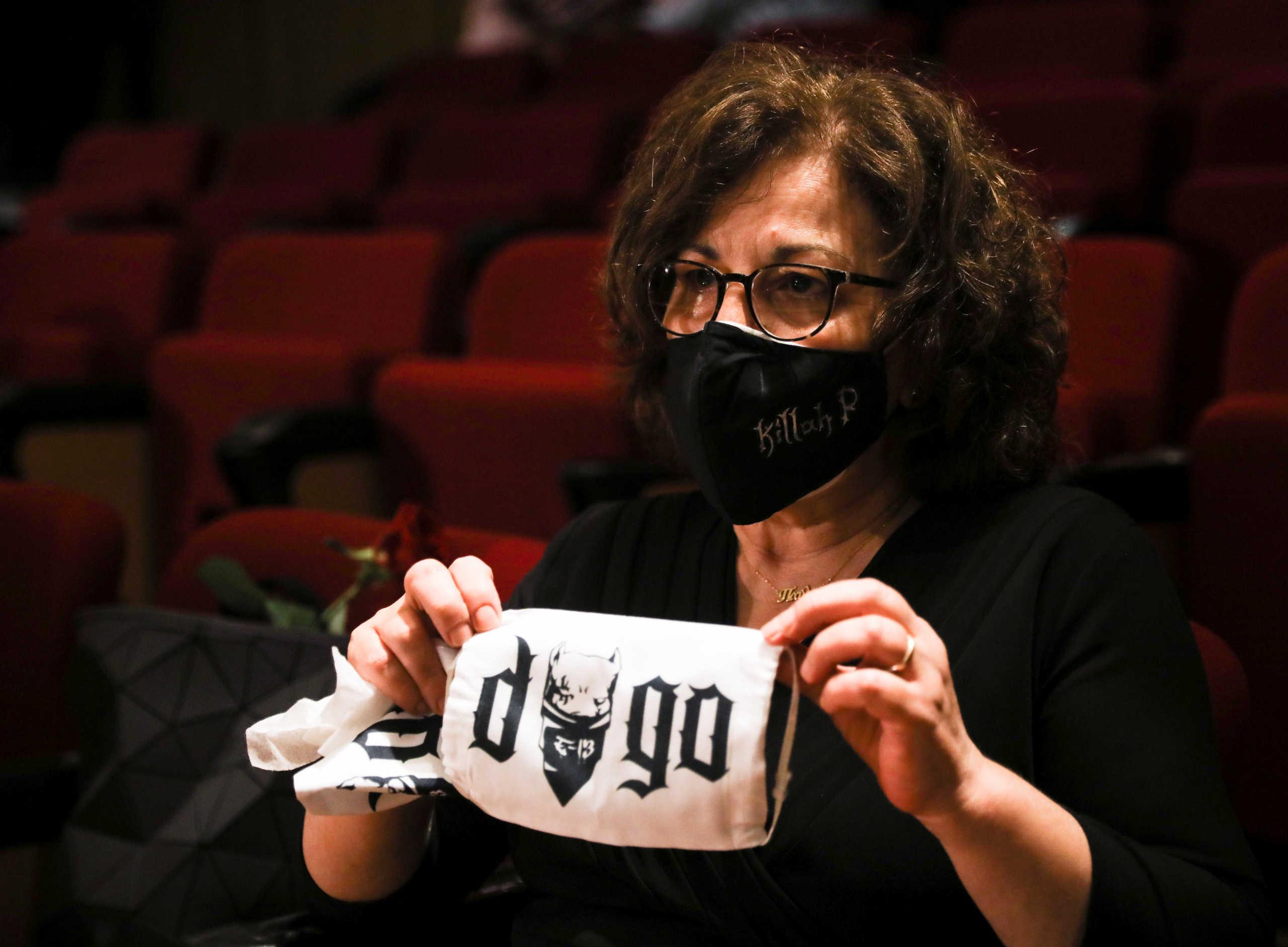 Δίκη Χρυσής Αυγής: Η Μάγδα Φύσσα με μάσκα Killah P – Μια αγκαλιά η οικογένεια  στην αίθουσα