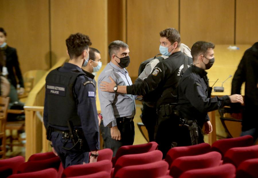 Αστυνομικοί οδηγούν τον πρώην βουλευτή της Χρυσής Αυγής Αρτέμη Ματθαιόπουλο εκτός της αίθουσας του δικαστηρίου