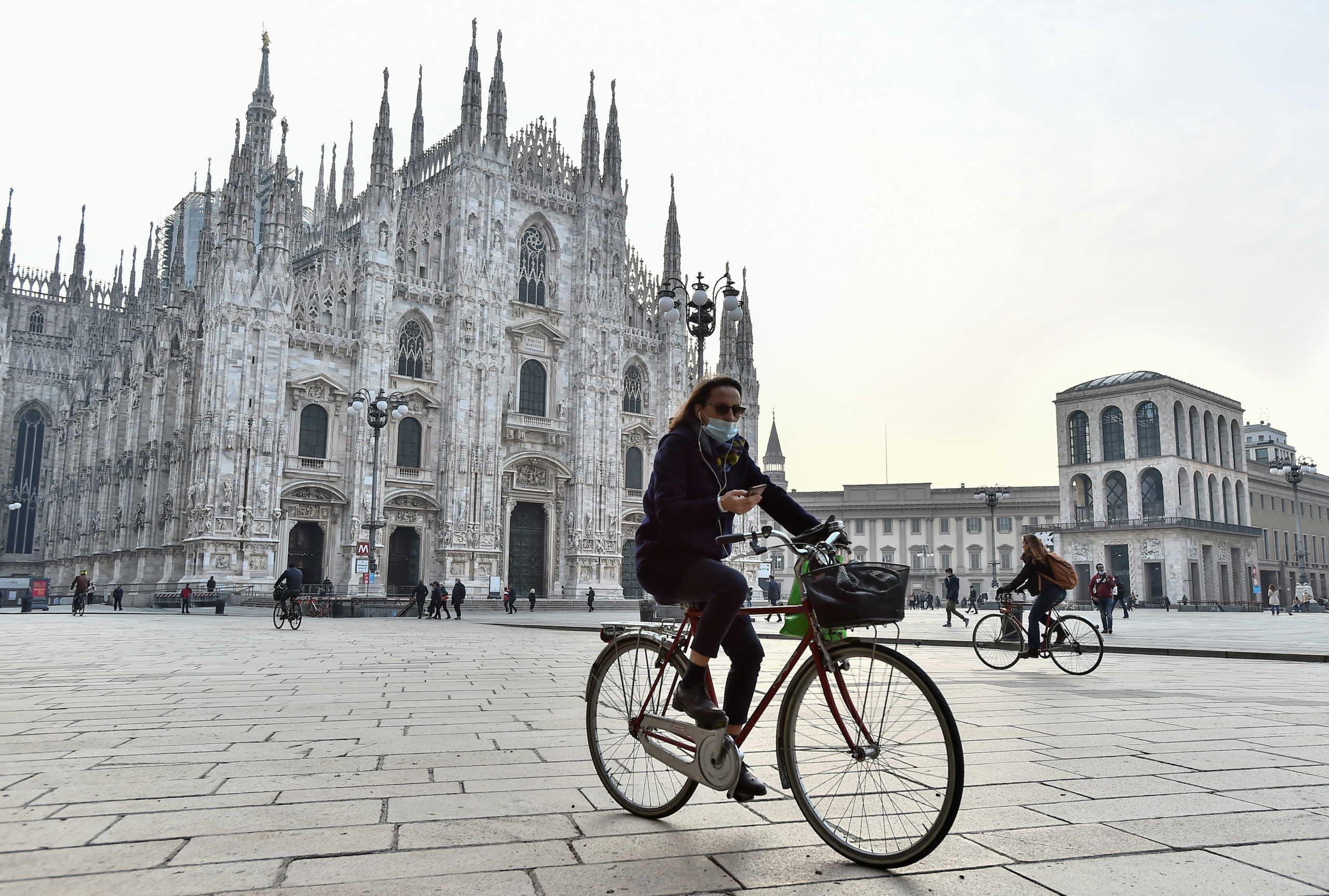 γυναίκα με μάσκα στο Μιλάνο της Ιταλίας