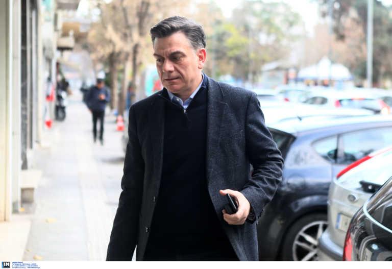 """ΣΥΡΙΖΑ κατά Μητσοτάκη για τους οπαδούς: """"Αναίρεσε τον εαυτό του – Πρωταθλήτρια στο αλαλούμ η κυβέρνηση"""""""