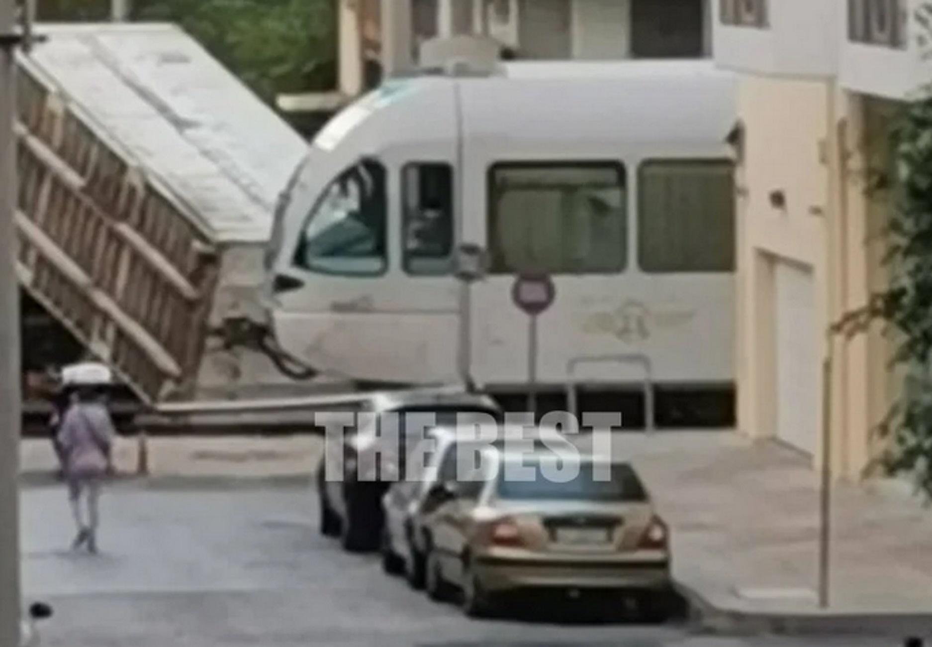 Πάτρα: Νταλίκα έπεσε πάνω στον Προαστιακό! Το μεγάλο λάθος και ο τρόμος των επιβατών (Βίντεο)