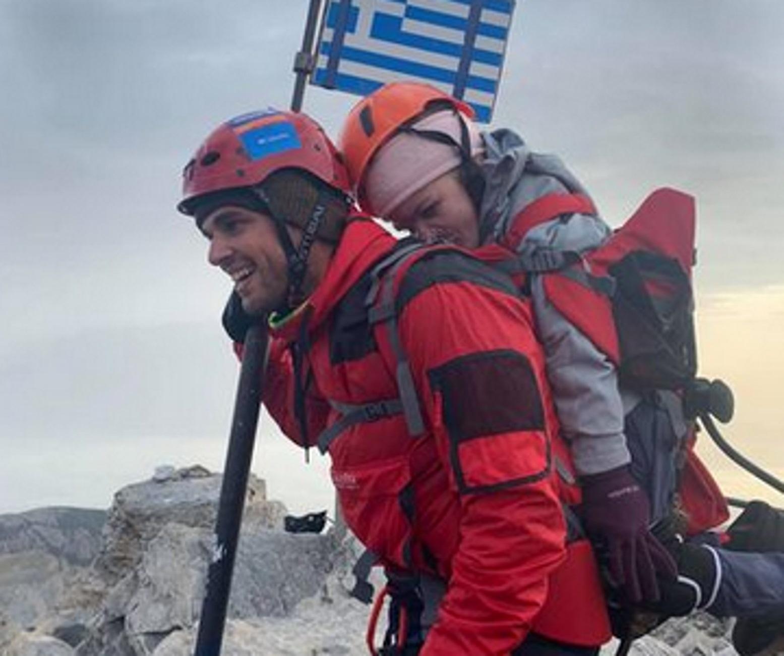 Όλυμπος: Καθηλώνει η 22χρονη Ελευθερία που έφτασε στην κορυφή των 2.900 μέτρων στην πλάτη του Μάριου (Φωτό)