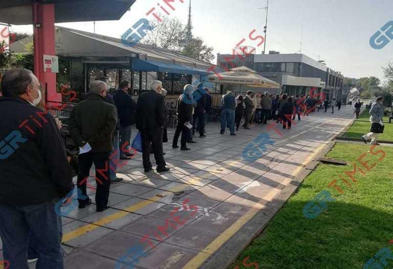 Θεσσαλονίκη: Αδύνατον να χωρέσουν σε μια φωτογραφία! Ουρά που προβληματίζει έξω από την ΕΥΑΘ (Φωτό)