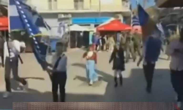 """""""Ξέχασαν"""" τον κορονοϊό και… έκαναν παρέλαση (!) στα Γιαννιτσά! (video)"""