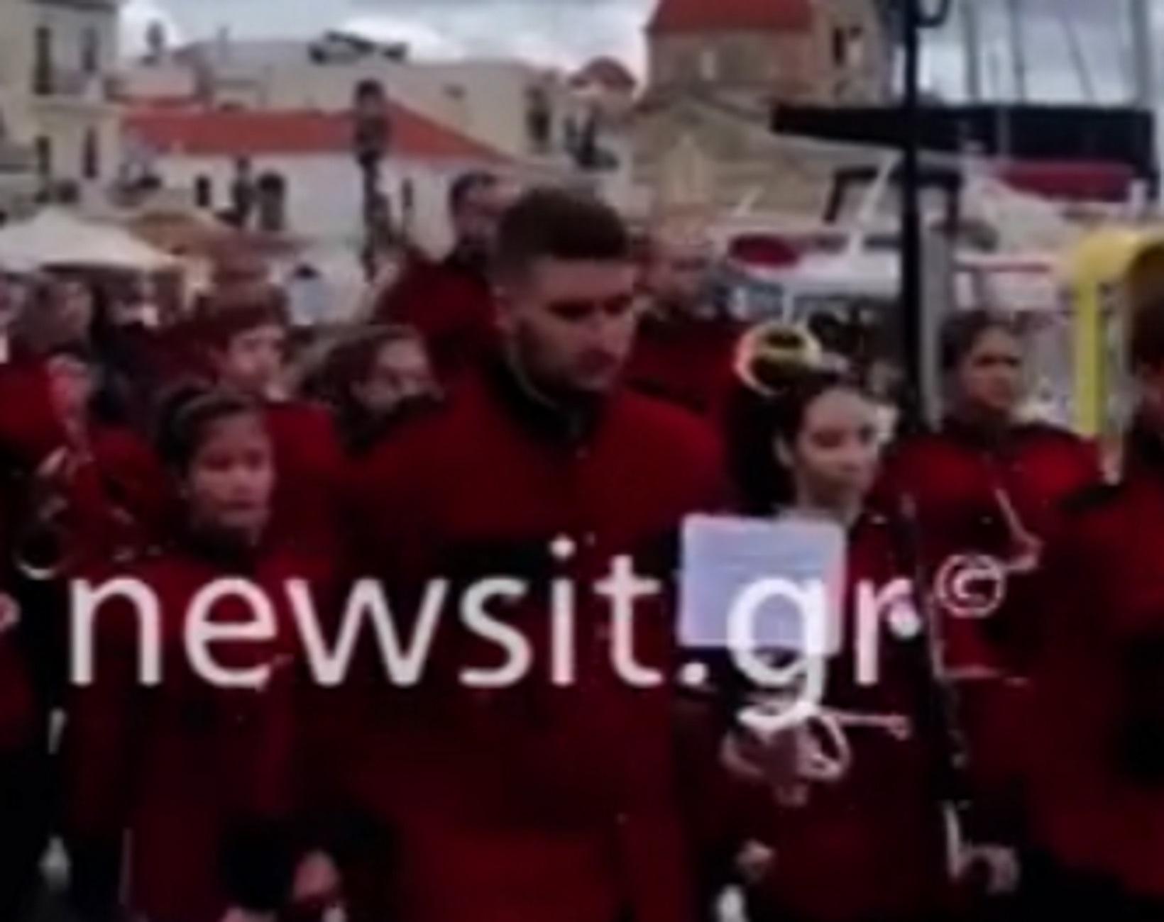 Αίγινα: Παρέλαση δίχως μάσκες! Απίθανες εικόνες με μαθητές, ιερείς, γονείς και αστυνομικούς (Βίντεο)