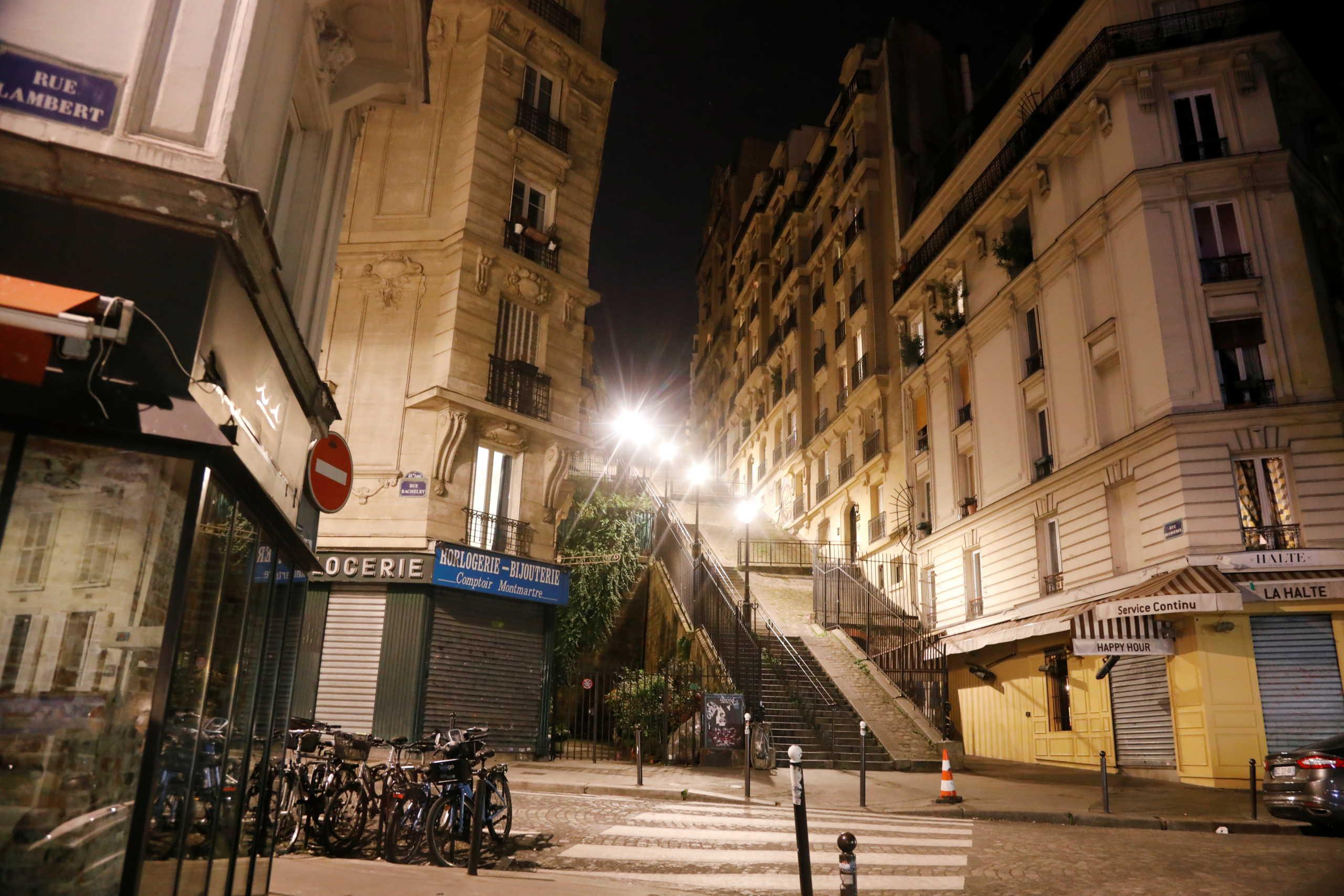 άδειοι δρόμοι λόγω κορονοϊού στη Μονμάρτη στο Παρίσι